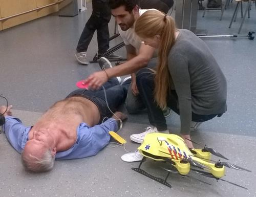 A prototype ambulance drone developed at Delft University of Technology can bring a defibrillator to help cardiac arrest patients, as shown in this dramatisation.