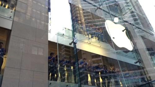 Hundreds of people lined the sidewalks stretching from Apple's George street store all the way towards Darling Harbour in the hope of getting an iPhone 6 today.