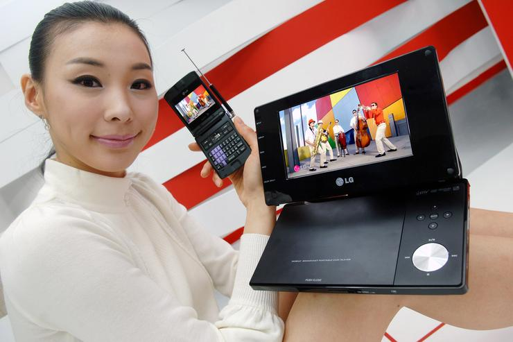 LG's mobile phone and DVD player that are compatible with the US mobile DTV standard