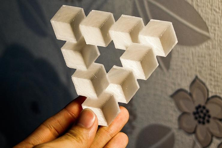 A refined 3D-modeled version of the Penrose Triangle optical illusion, by [[xref:http://www.thingiverse.com/chylld|Thingiverse user 'chylld']].