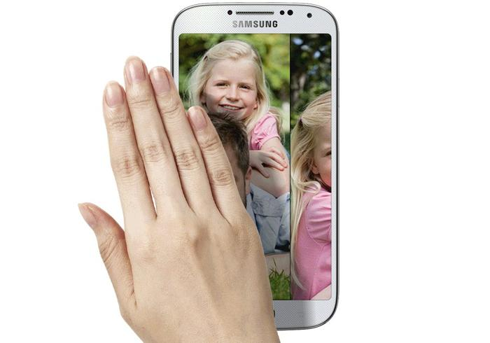 Air Gesture allows users to swipe through photos or scroll without touching the Galaxy S4.