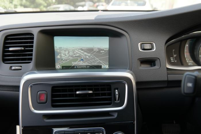 The Volvo S60 has an 8 speaker sound system and its infotainment system supports Bluetooth file streaming, USB memory sticks and smartphones, and the common auxiliary input, which can be used by smartphones, MP3 players and iPods. It also features an AM/FM radio, support for mp3 CDs and can play DVDs.